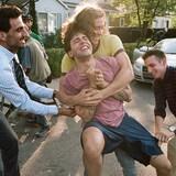 Un groupe de jeunes hommes (parmi lesquels Xavier Dolan, Pier-Luc Funk et Gabriel d'Almeida Freitas) se tiraillent dans une rue.