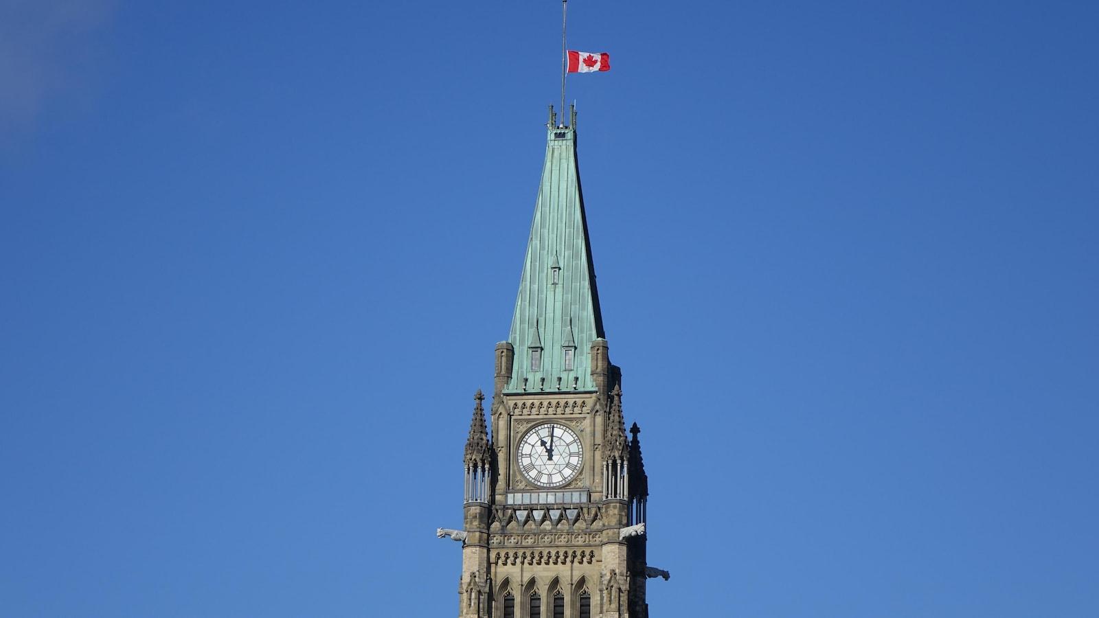 La tour de la Paix à Ottawa, à 11 h le 11 novembre 2018. Le drapeau est en berne.