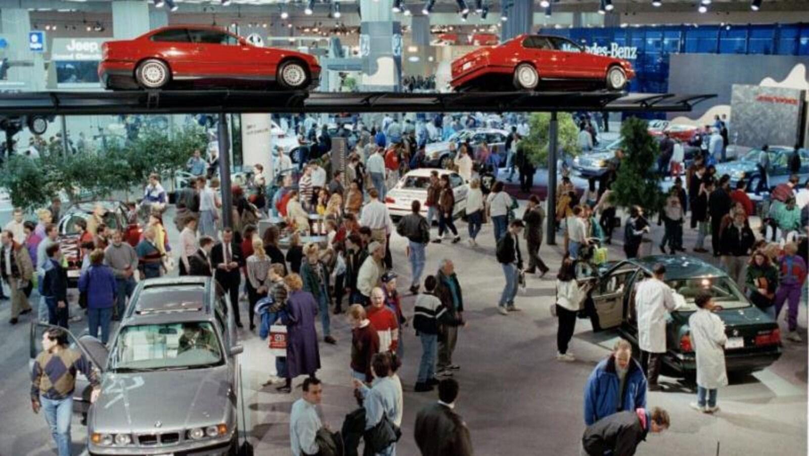 Une centaine de personnes qui regardent des autos de marque BMW au Salon de l'auto de Détroit