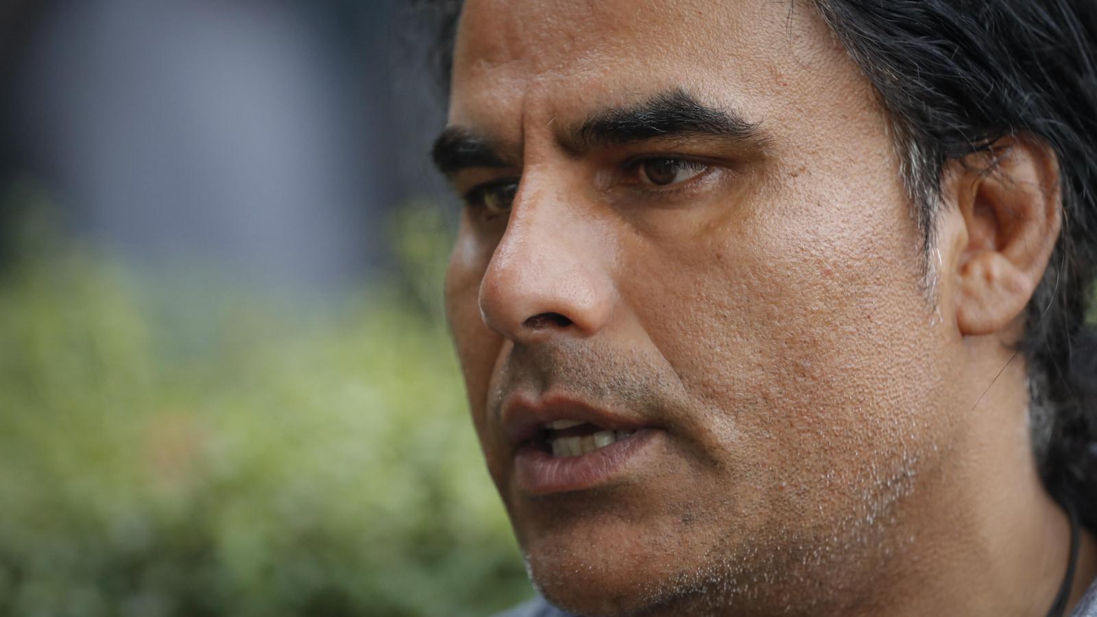 Gros plan sur le visage d'Abdul Aziz lors d'une entrevue avec un journaliste.