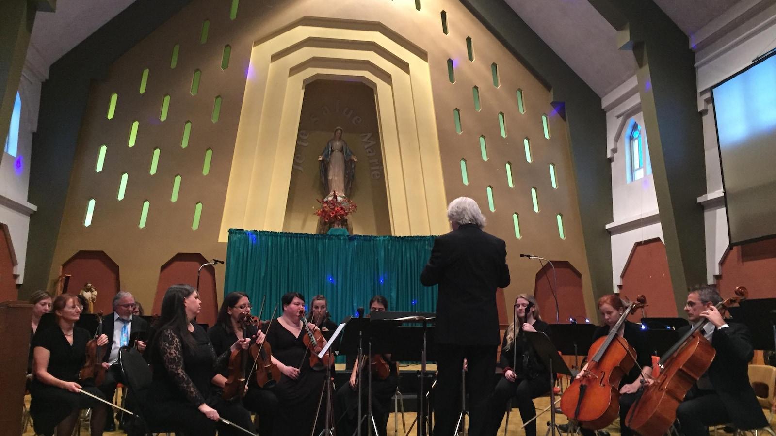 Sous la direction de Jacques Marchand, la trentaine de musiciens de l'Orchestre symphonique régional et leurs invités ont interprété : Mon beau sapin, C'est l'hiver, L'enfant au tambour et d'autres classiques de Noël lors de son premier spectacle de la tournée.