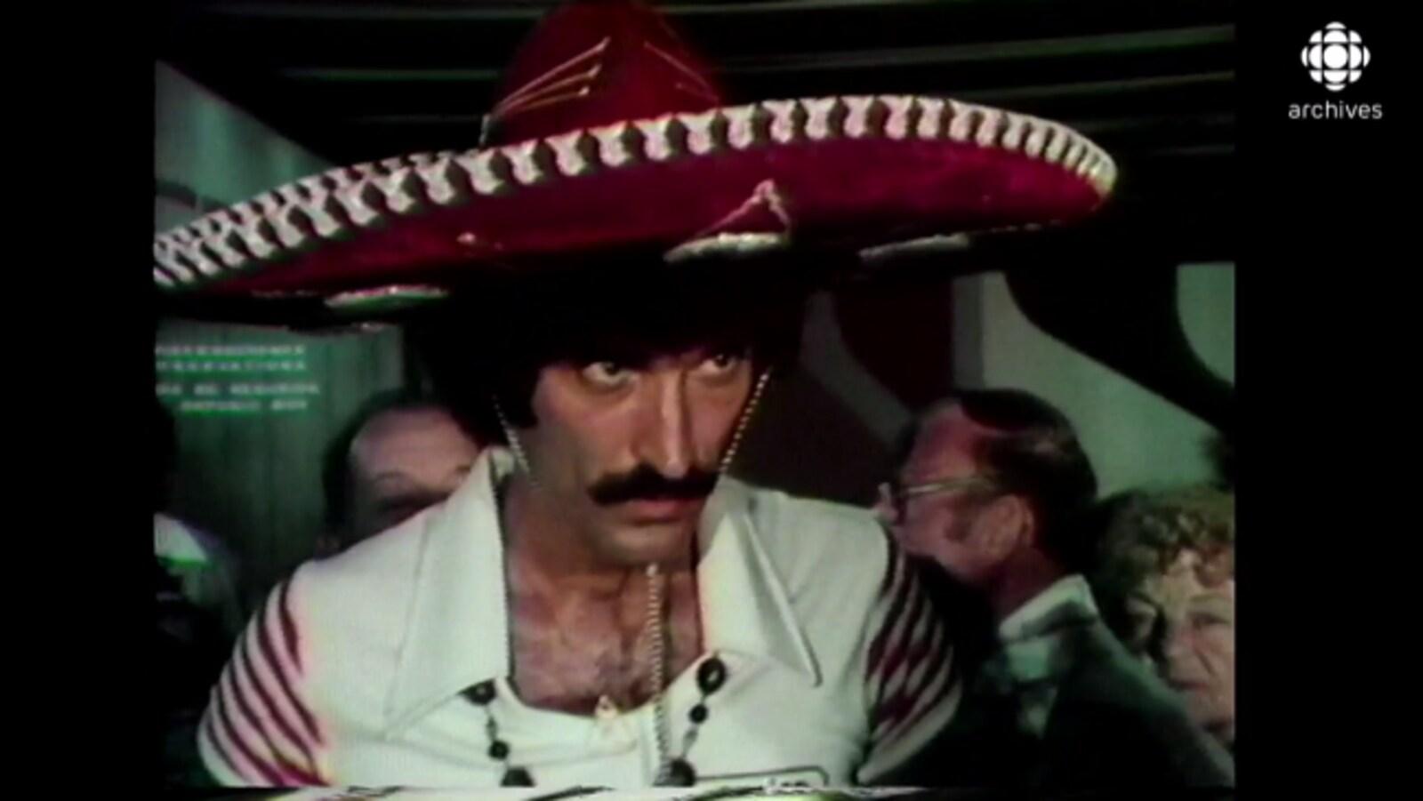 Mexicain qui porte le sombrero.