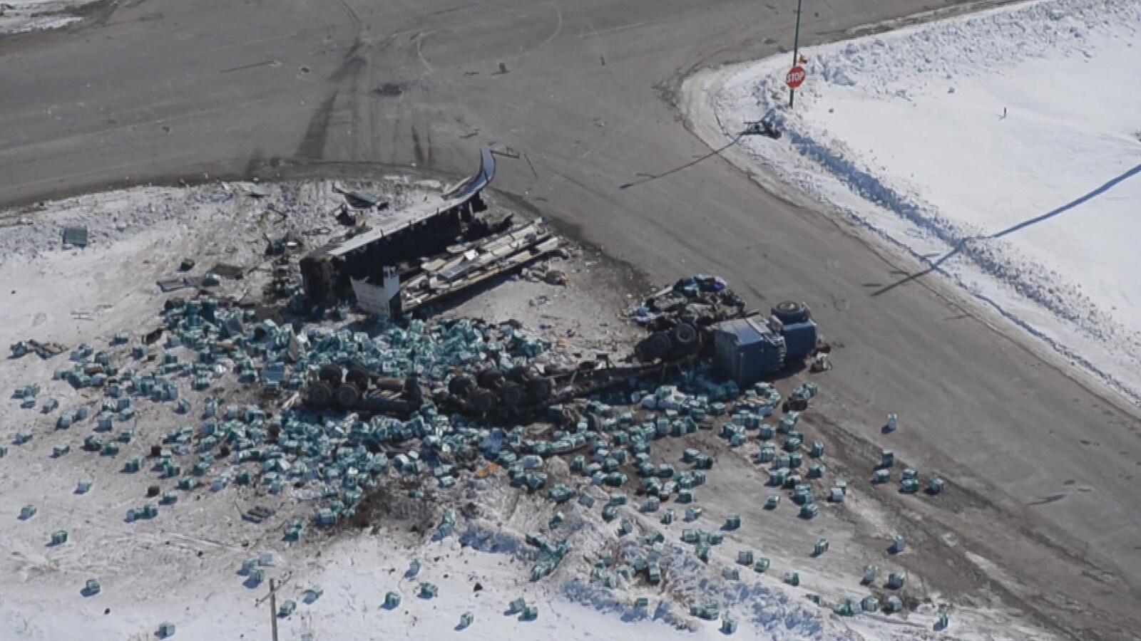 Vue aérienne de la collision entre un semi-remorque et l'autocar de l'équipe de hockey junior des Broncos de Humboldt qui est survenue au sud de Nipawin, en Saskatchewan.