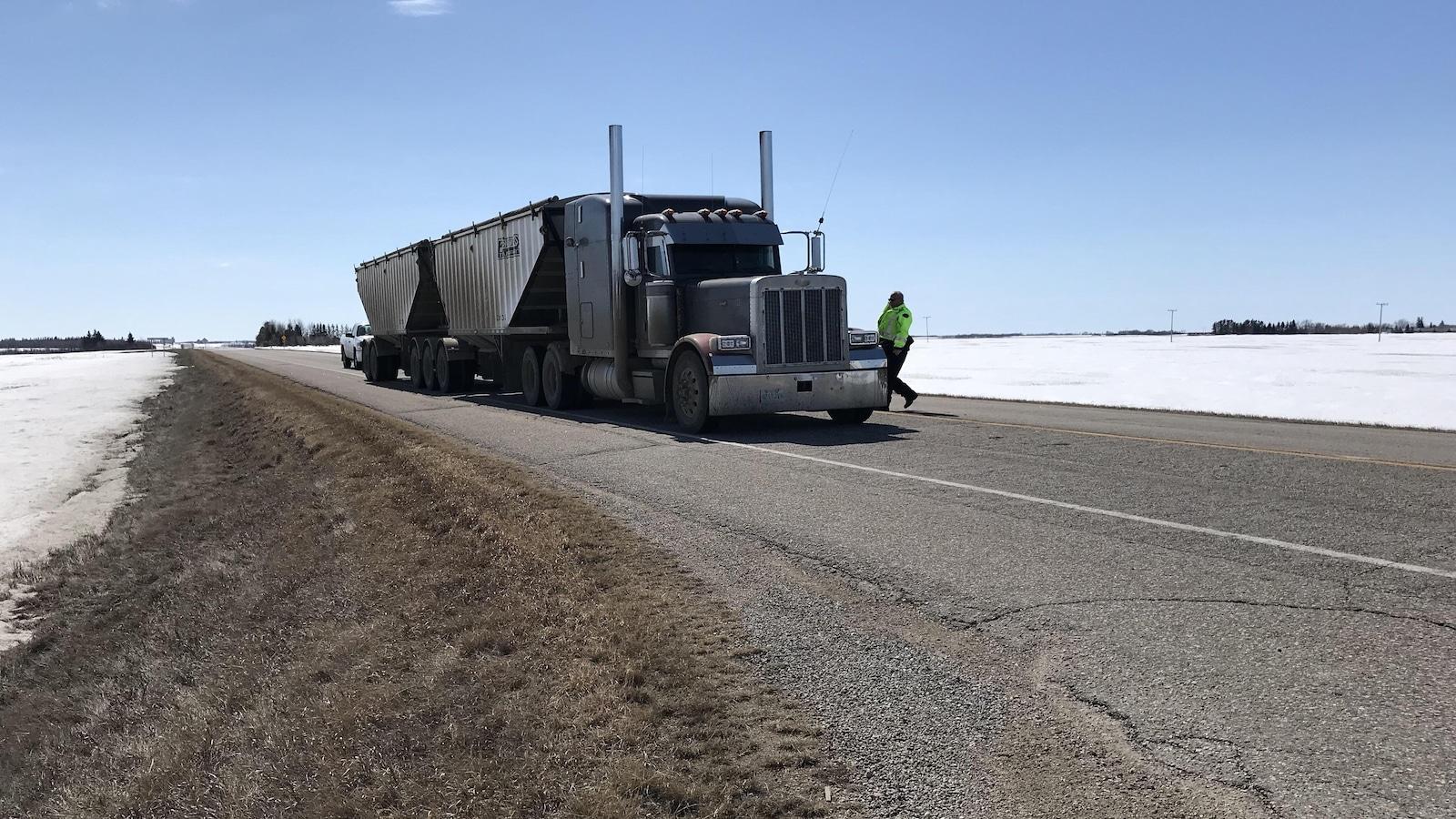 La GRC a confirmé que le camion semi-remorque se trouvait au milieu de l'intersection routière au moment de l'accident.