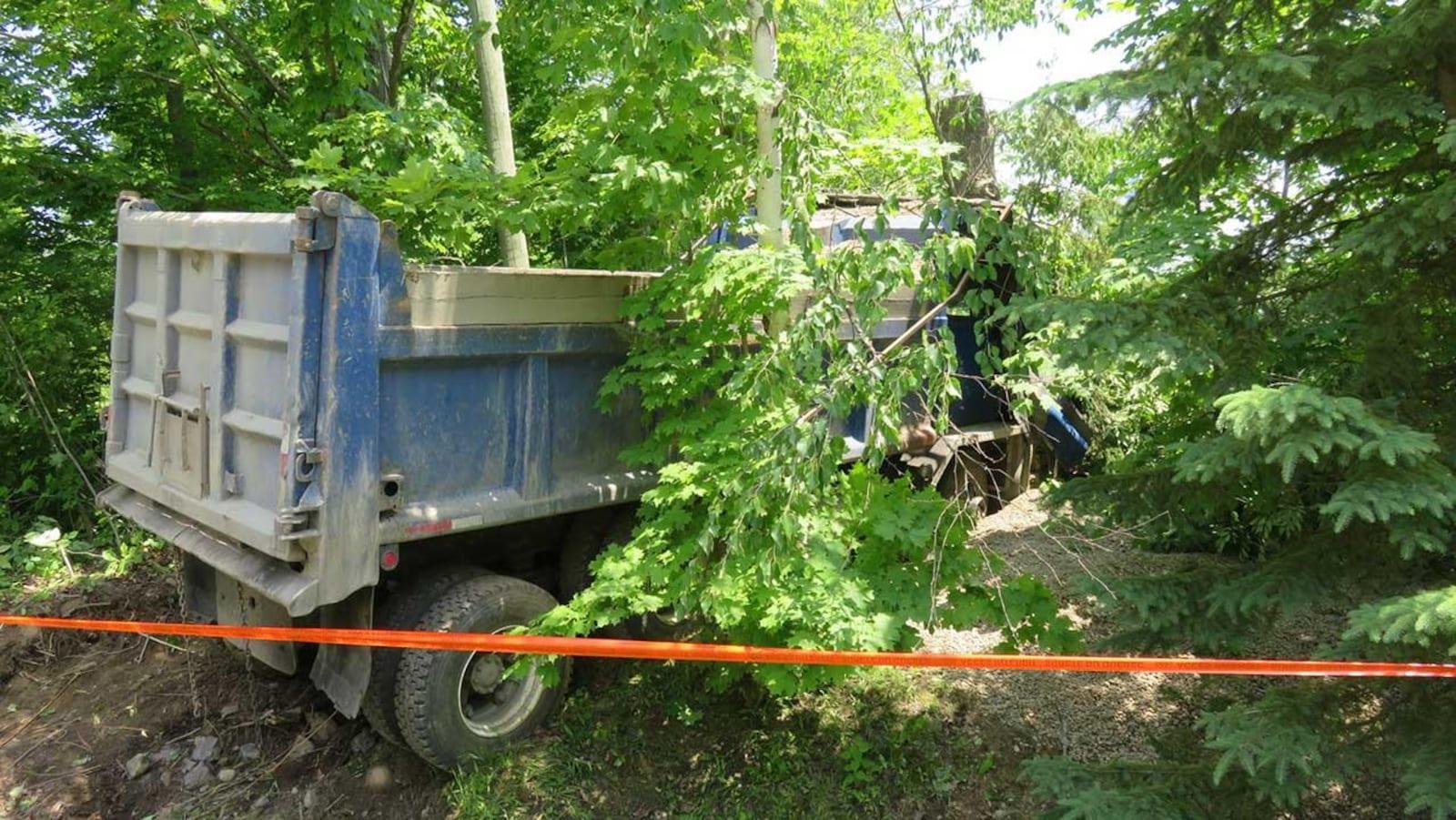 Le travailleur était à bord de ce camion lorsque le drame s'est produit.