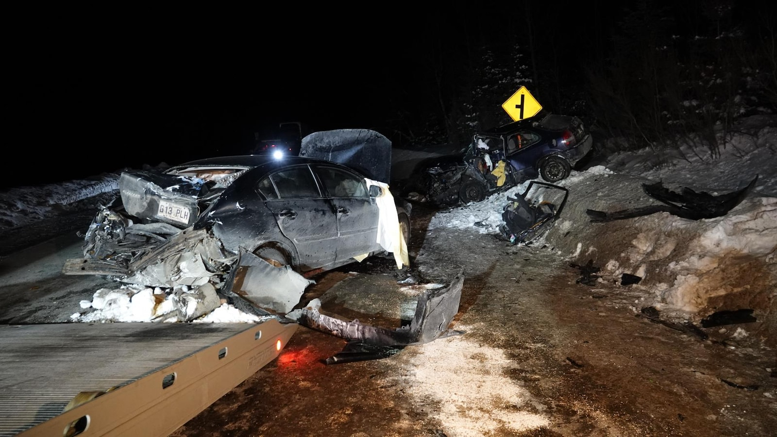 Les deux voitures après l'accident sont démolies. Elles sont immobilisées au travers de la route.