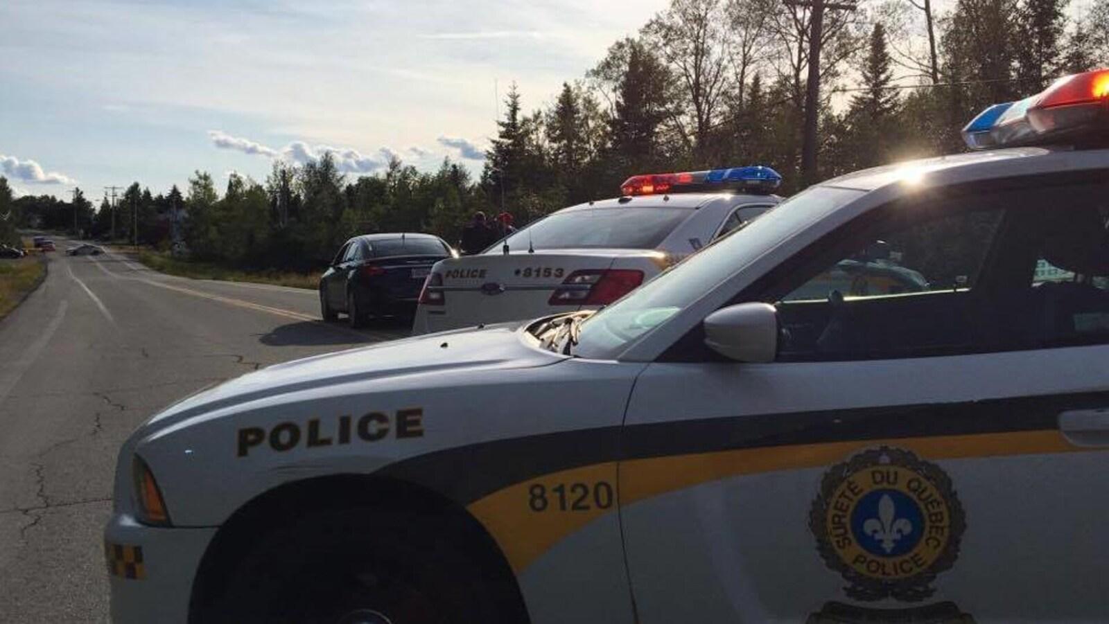 Périmètre de sécurité mis en place après que deux adolescentes aient été heurtées par un automobiliste.