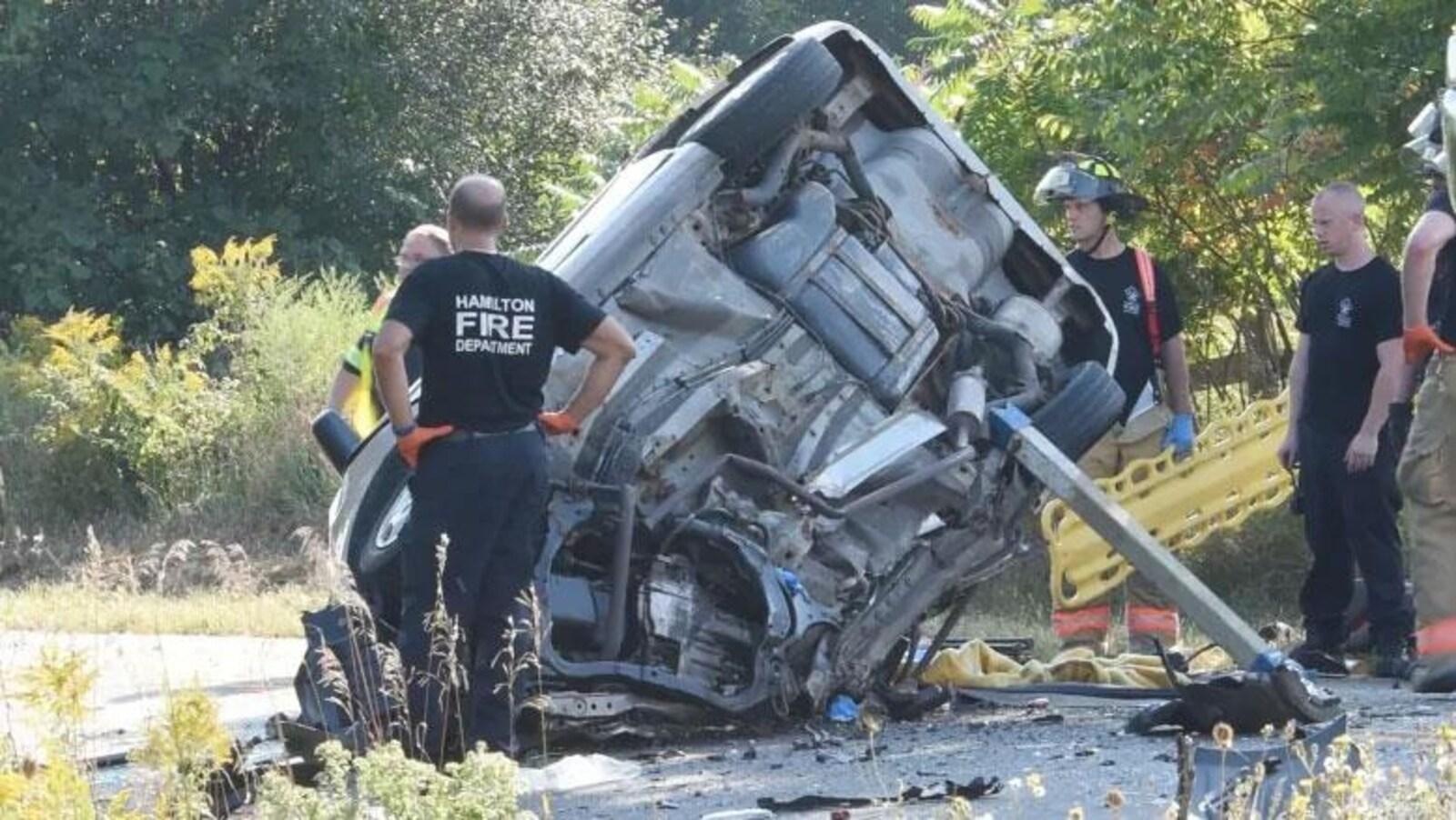 Une voiture accidenté et des pompiers autour