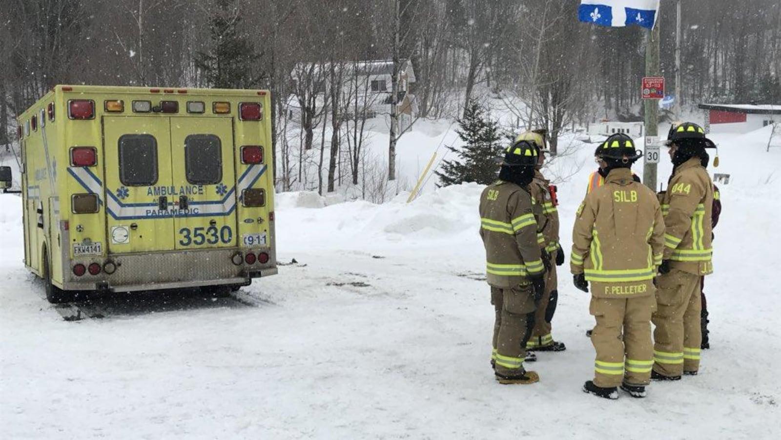 Des pompiers et une ambulance près d'un sentier de motoneige où un accident est survenu dans le secteur de Lac-Beauport.