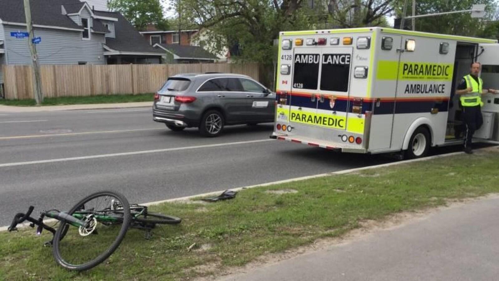 Un vélo près d'une ambulance.