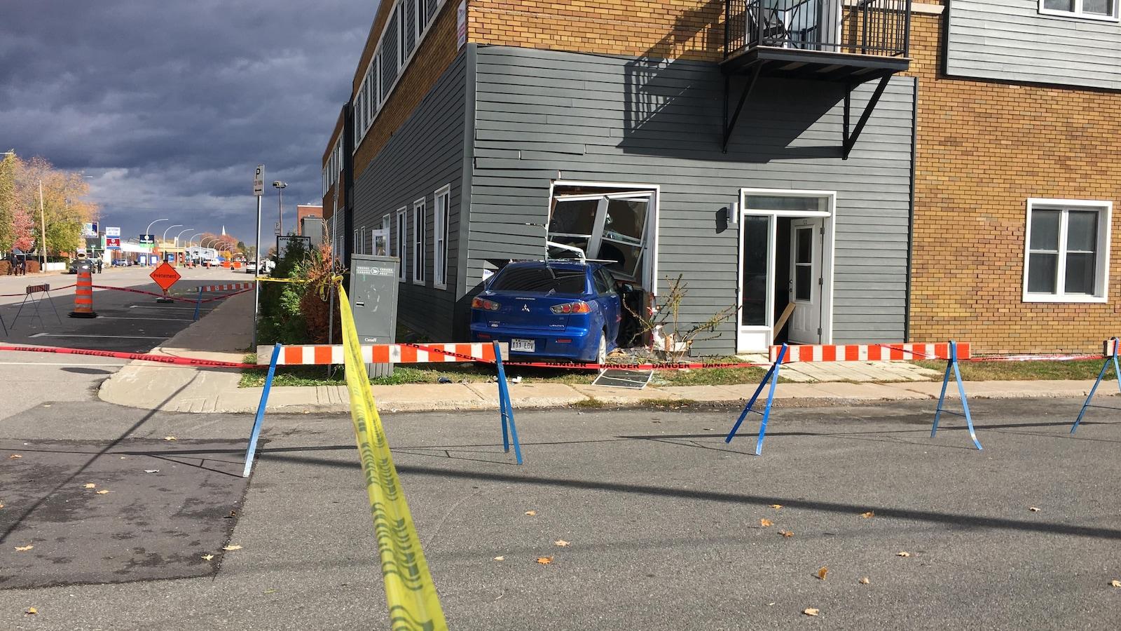 Une voiture a foncé ce matin dans un immeuble de la rue Sainte-Madeleine à Trois-Rivières.