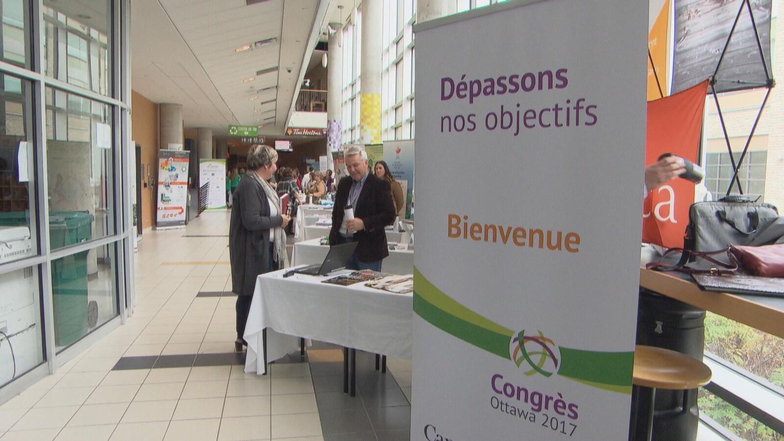 Une affiche d'accueil des participants au congrès indique le thème «Dépassons nos objectifs».