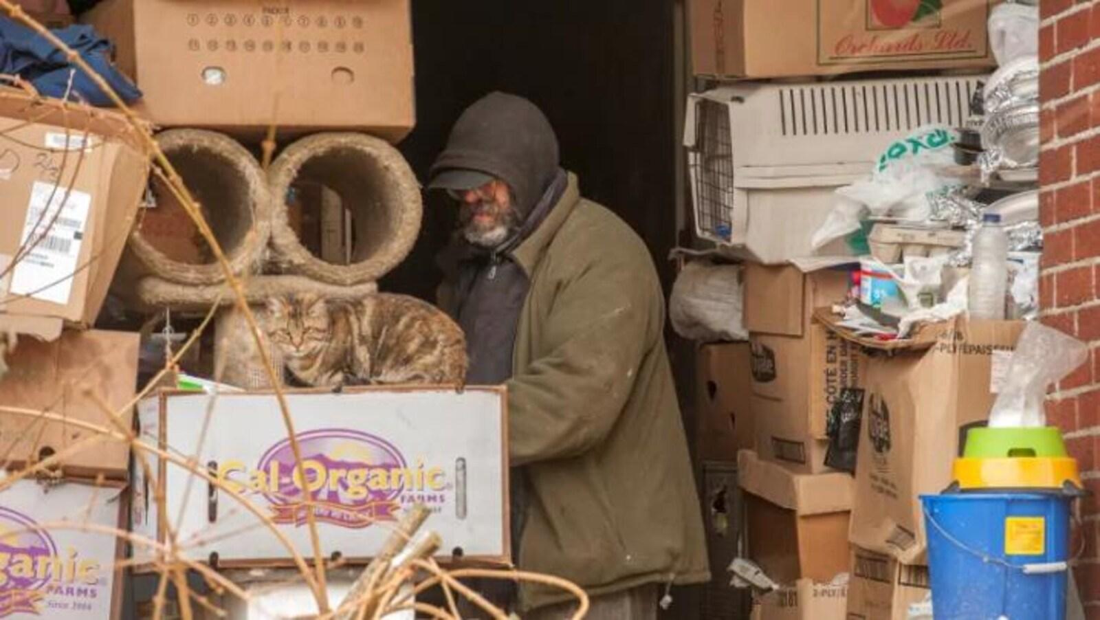Sur cette photo d'archives, un homme parcourt des objets stockés dans une maison de Toronto et qui ont dû être nettoyés par les pompiers.