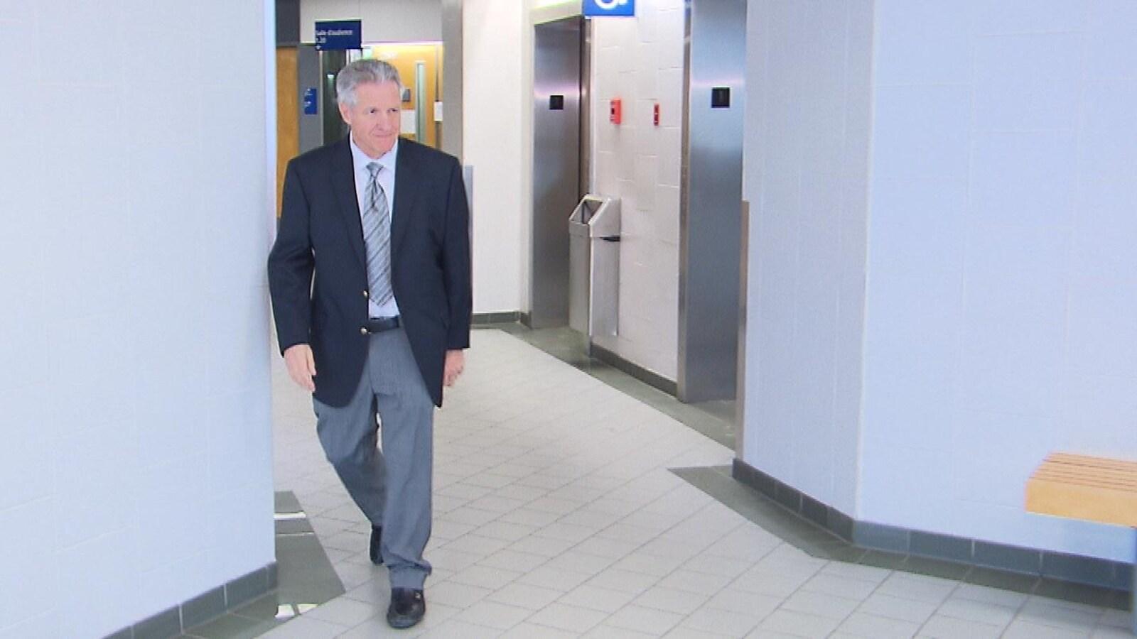 L'entrepreneur Tony Accurso marche dans un corridor du palais de justice de Joliette