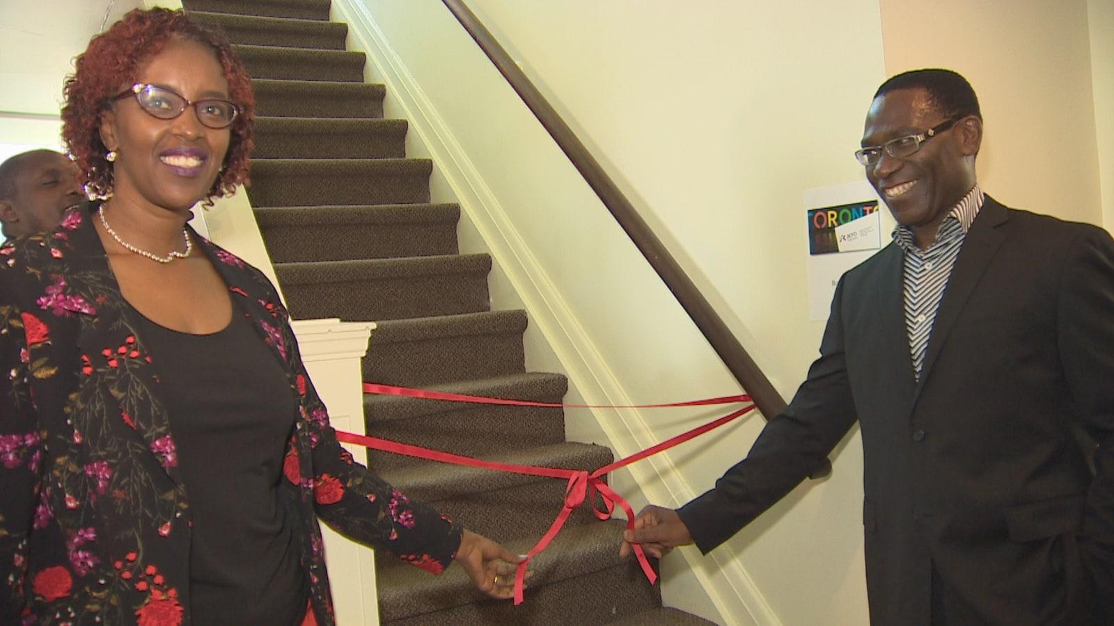 Deux personnes tiennent un ruban d'inauguration.