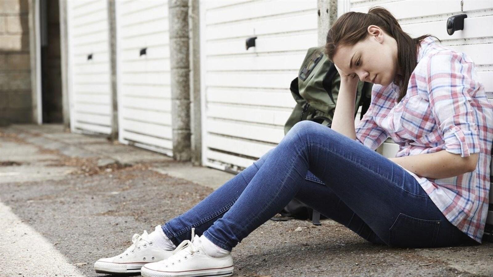 Une jeune fille préoccupée.