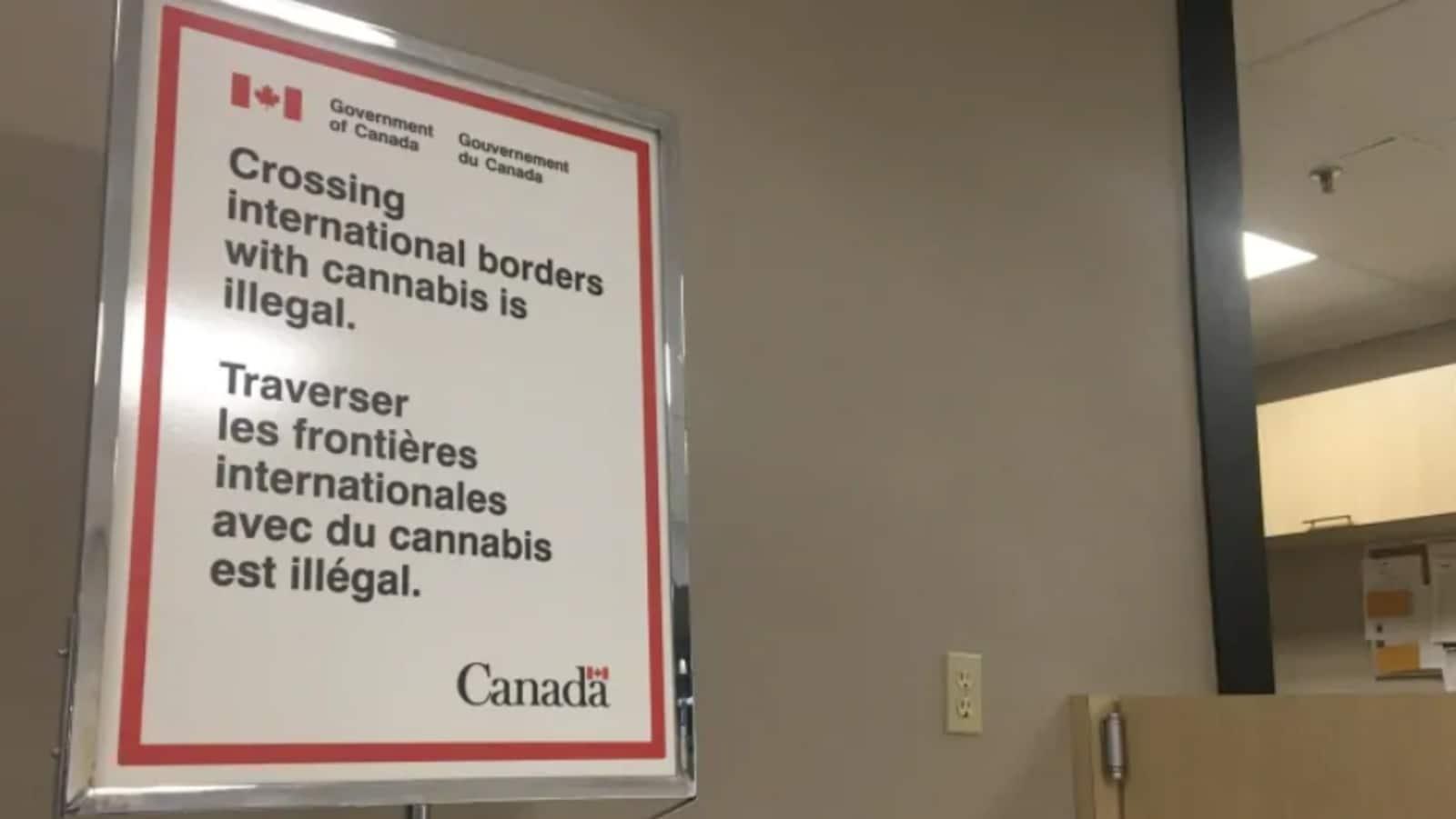 Une affiche indique : traverser les frontières internationales avec du cannabis est illégal.