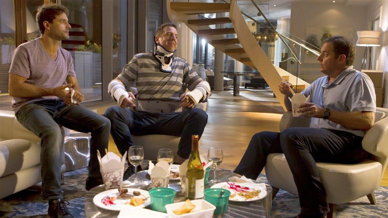 Guillaume Lemay-Thivierge, Patrice Robitaille et Paul Doucet dans une scène du film <i>Les 3 p'tits cochons</i>