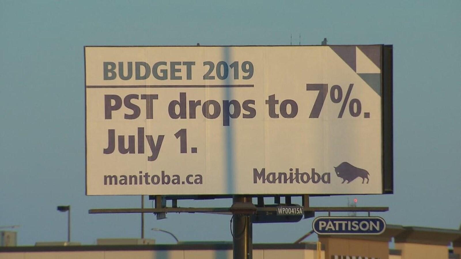 Une affiche du gouvernement faisant la promotion de la baisse de la TVP.