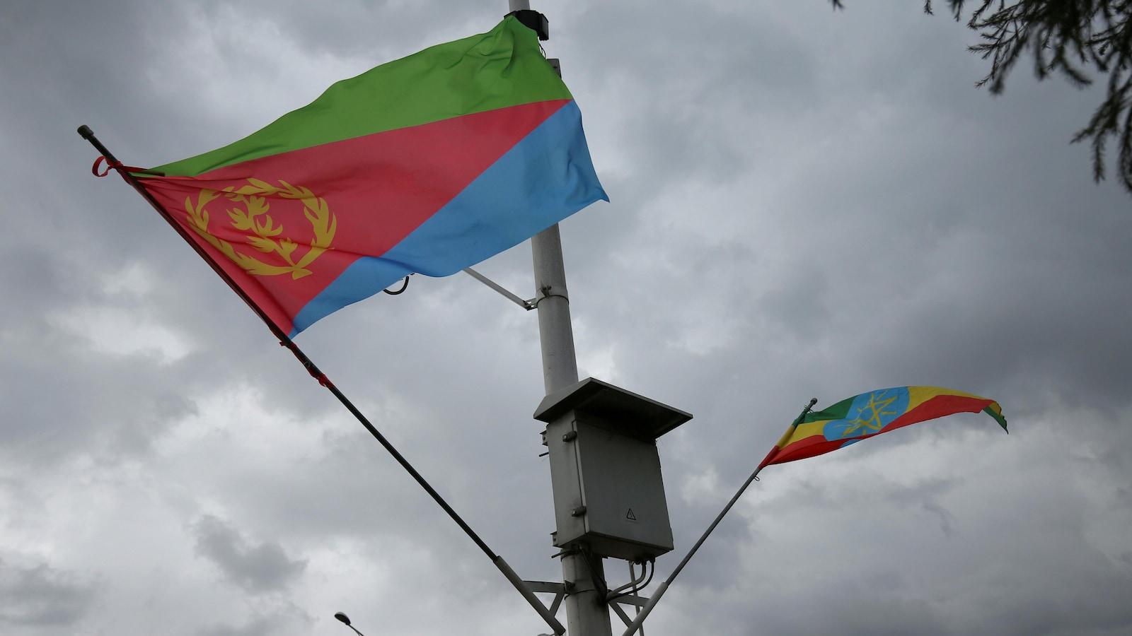 Les drapeaux de l'Éthiopie et de l'Érythrée flottant au vent.
