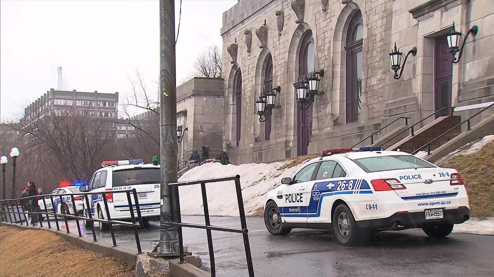 Des voitures de police devant l'oratoire.