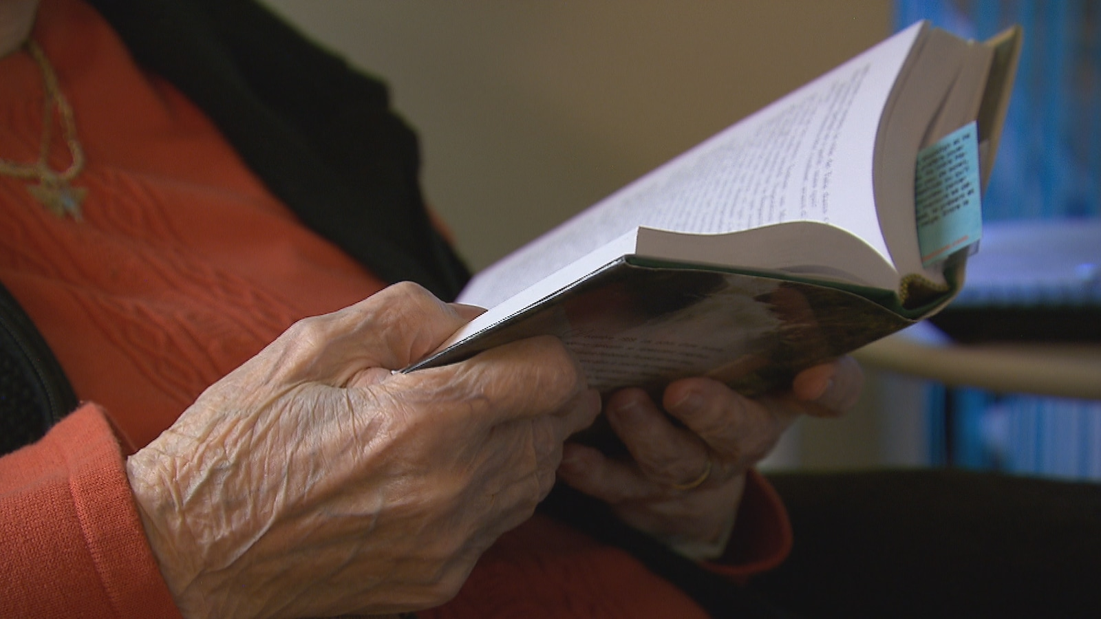 Une aînée lit un livre.