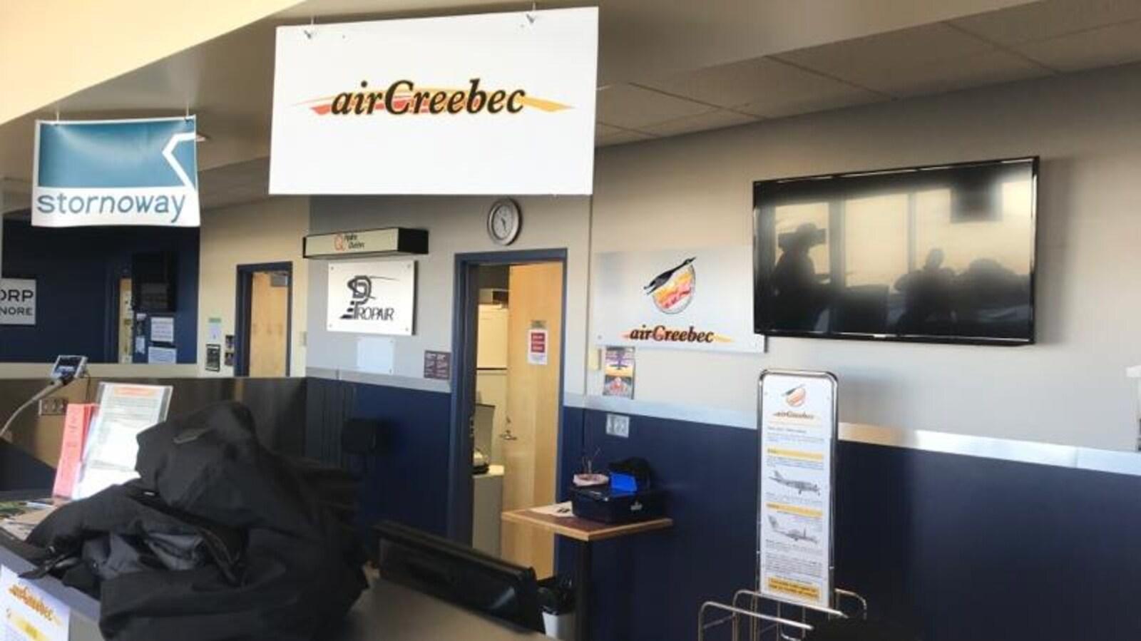 Le comptoir d'Air Creebec est identifié à l'aide de pancartes.