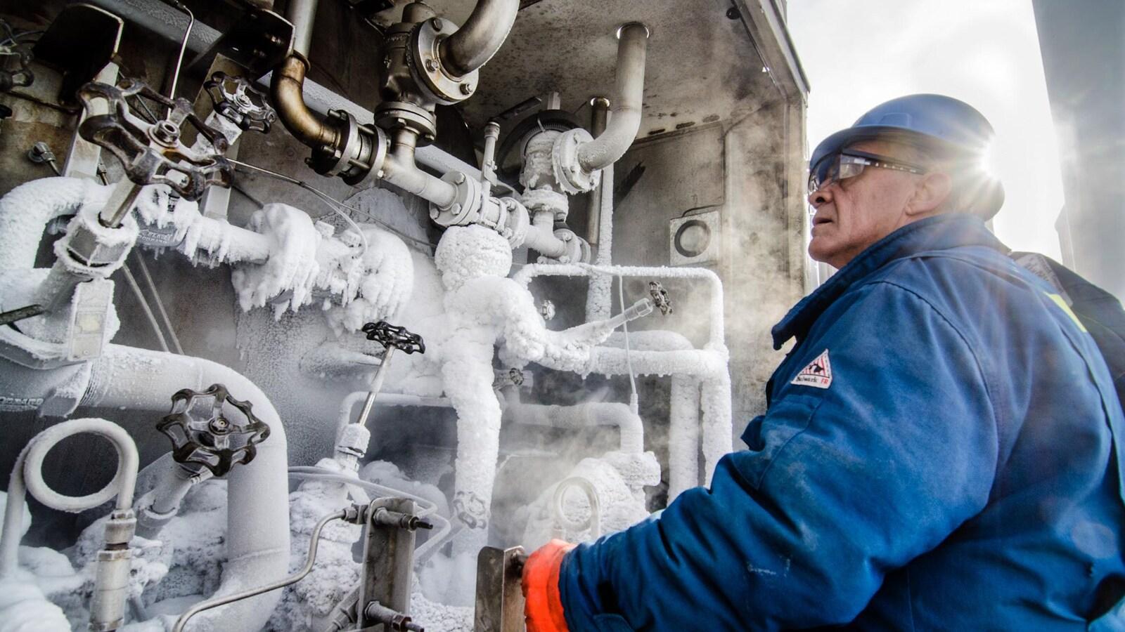 Un employé de l'usine d'Air Liquide Canada à Bécancour travaille à l'extérieur.