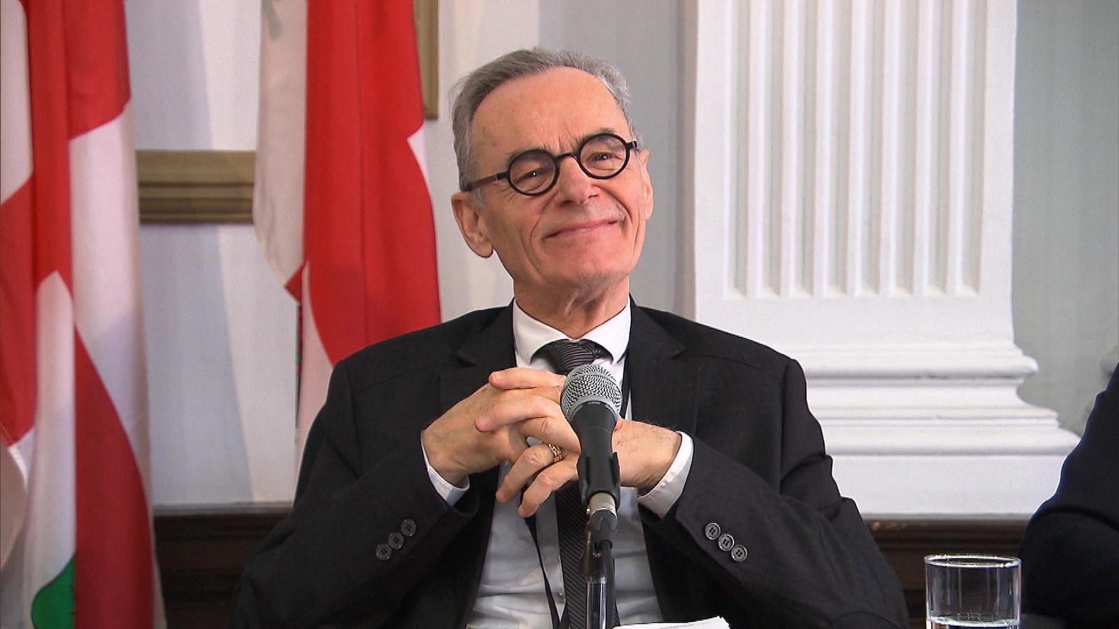 Le DG, souriant, lors d'une conférence de presse.