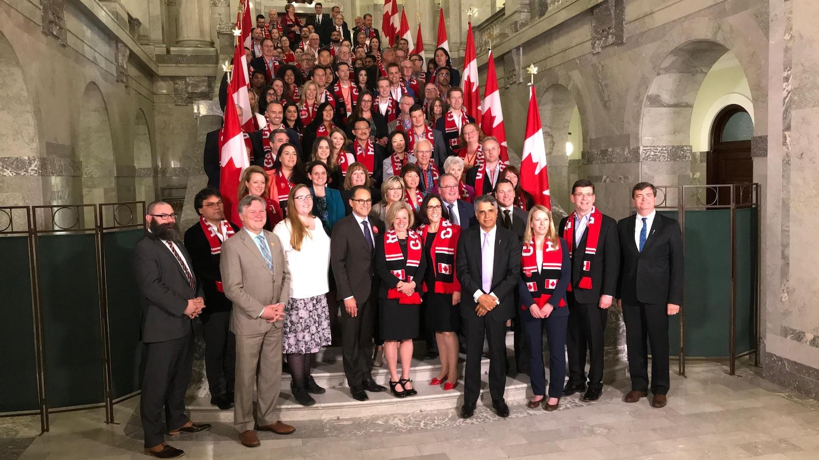 Dans la photo: la première ministre Rachel Notley. Elle est entourée d'une centaine d'hommes et de femmes d'affaires, des responsables syndicaux et ingénieurs venant de la Colombie-Britannique. Ils sont debout dans les marches de la rotonde de l'Assemblée législative.