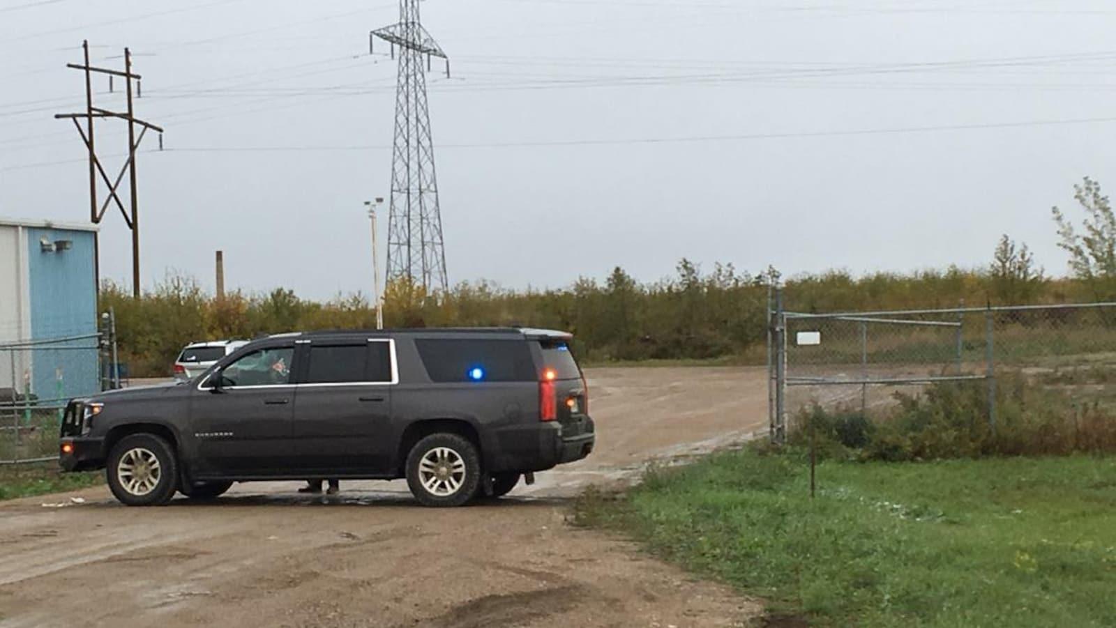 Un véhicule de police dans une zone industrielle.