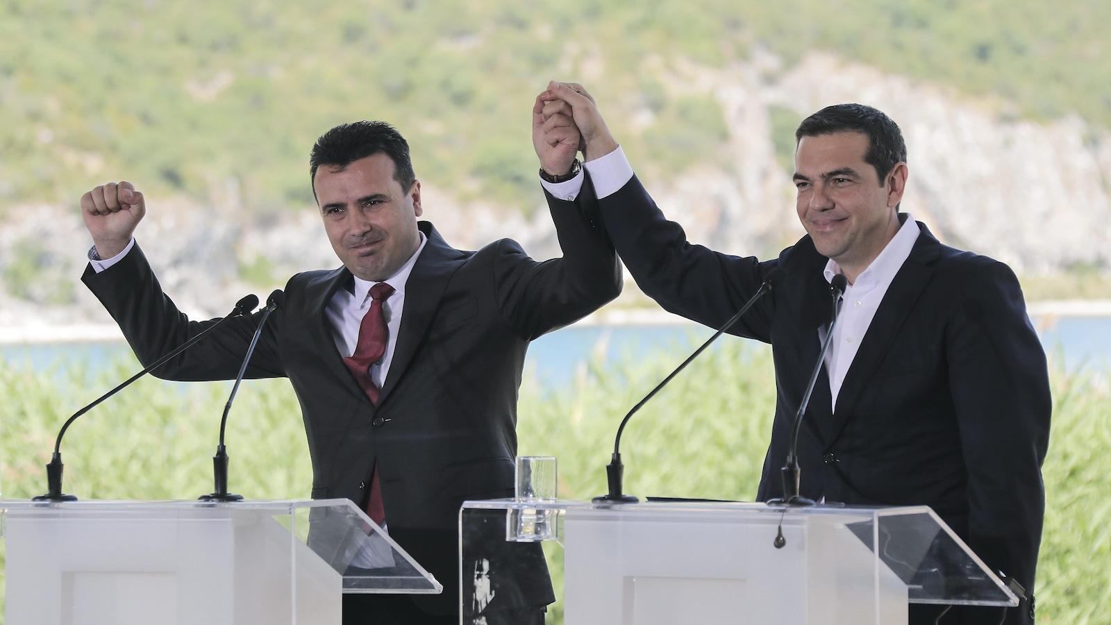 Le premier ministre grec Alexis Tsipras, à droite, et son homologue macédonien Zoran Zaev après avoir signé l'entente pour différencier les deux Macédoine.