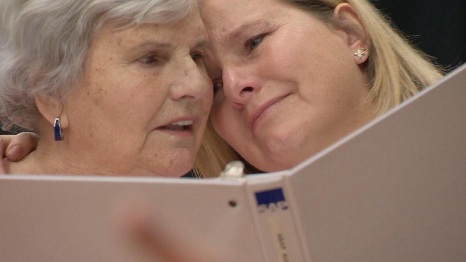 Hedy Luijkx et sa fille Cindy Johnson participent à la chorale pour personnes atteintes de la maladie d'Alzheimer.