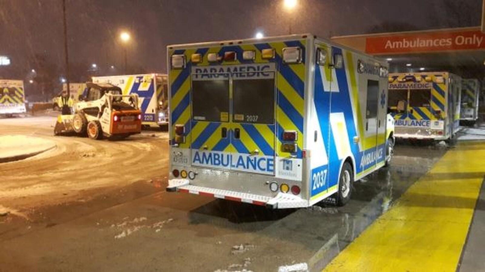 Des ambulances attendent en ligne à l'urgence de l'hôpital Hamilton Health Sciences.