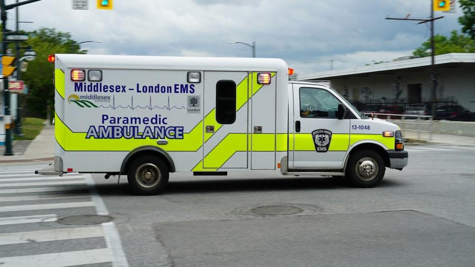 Une ambulance répond à un appel.