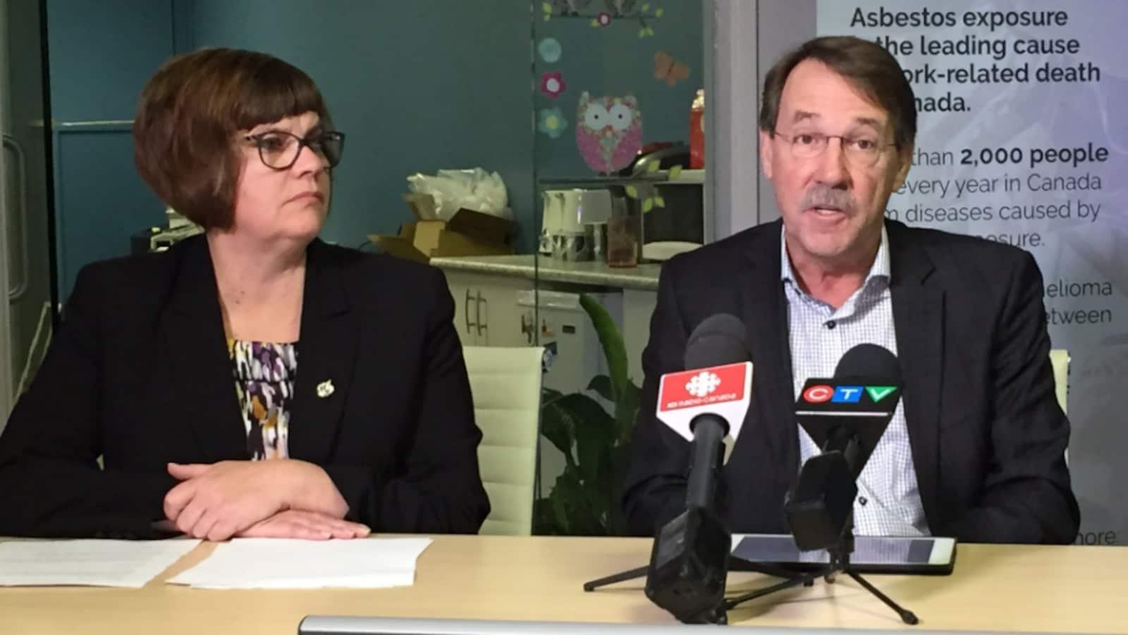 Sheri Benson et Larry Hubich lors d'une conférence de presse à Saskatoon.
