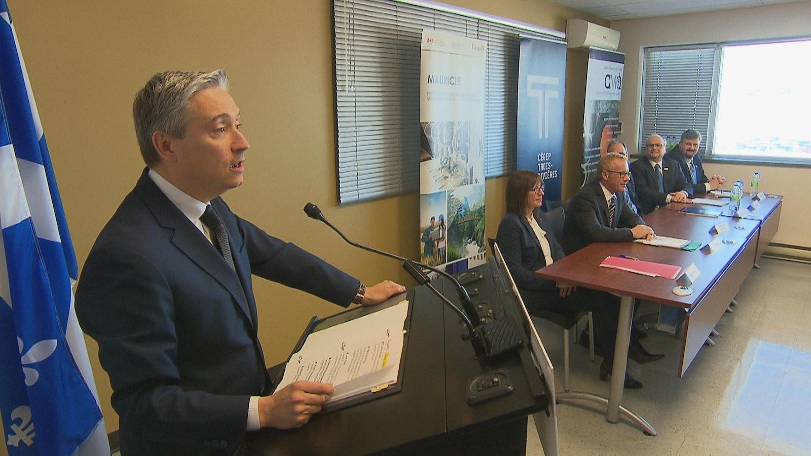 Le ministre François-Philippe Champagne au micro lors d'une annonce à Trois-Rivières