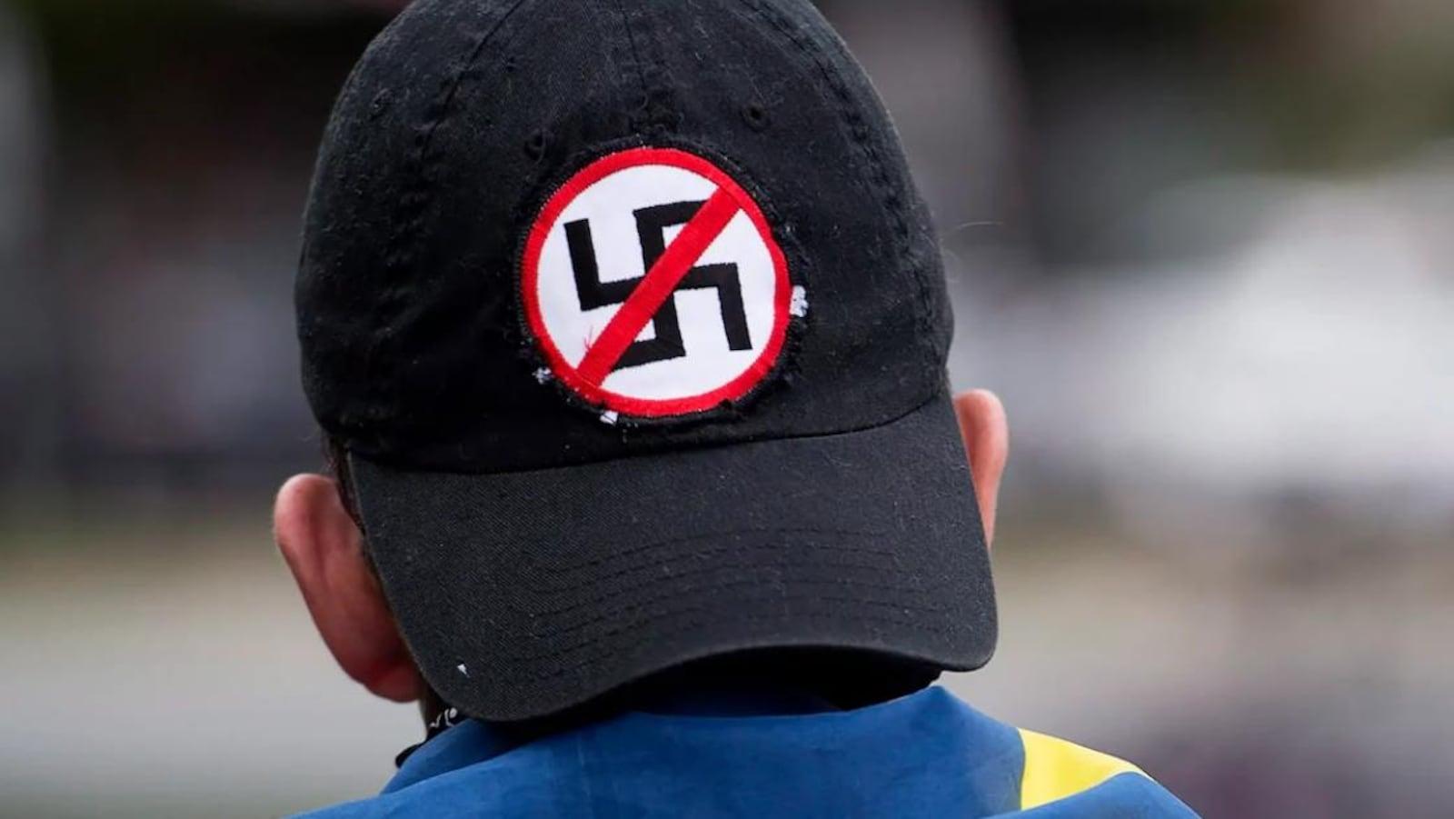 Gros plan sur le derrière d'une casquette noire avec le symbole anti-nazi.
