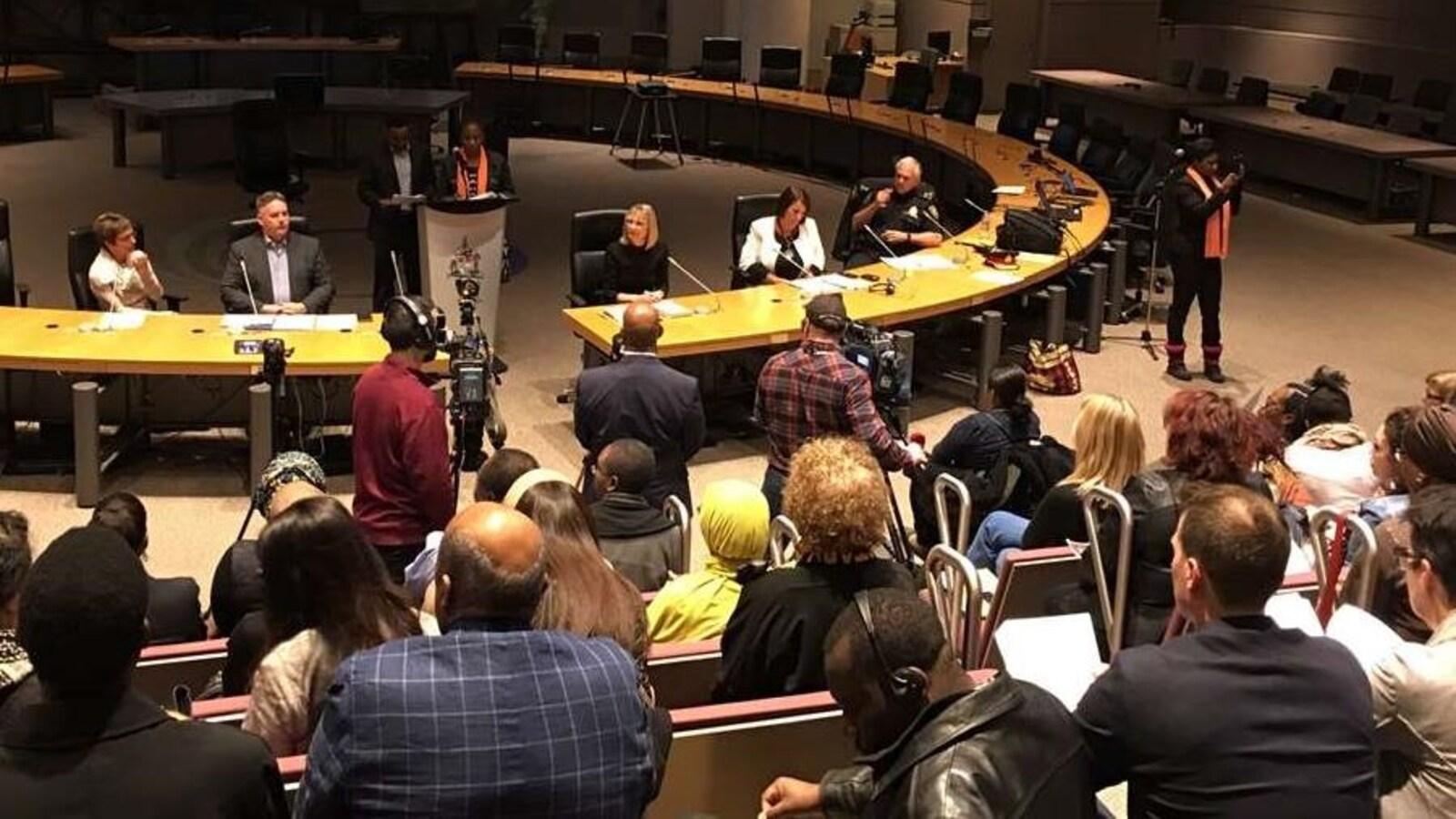 La salle du conseil municipal de la Ville d'Ottawa, avec  de nombreuses personnes.