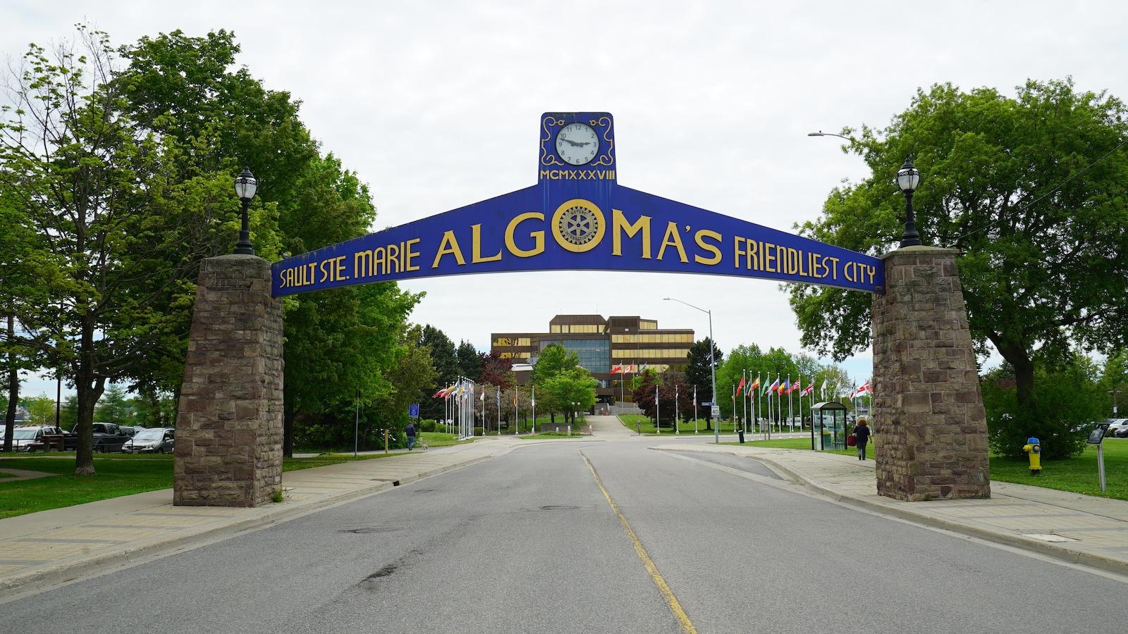 Une arche au-dessus d'une rue avec l'inscription « Sault Ste. Marie Algoma's Friendliest City. »