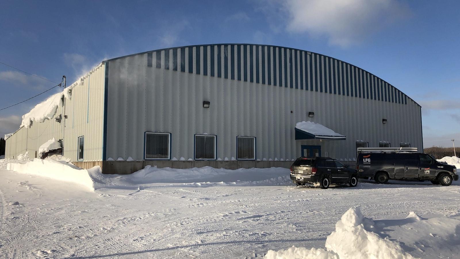 L'aréna en hiver. Des camions de travailleurs.