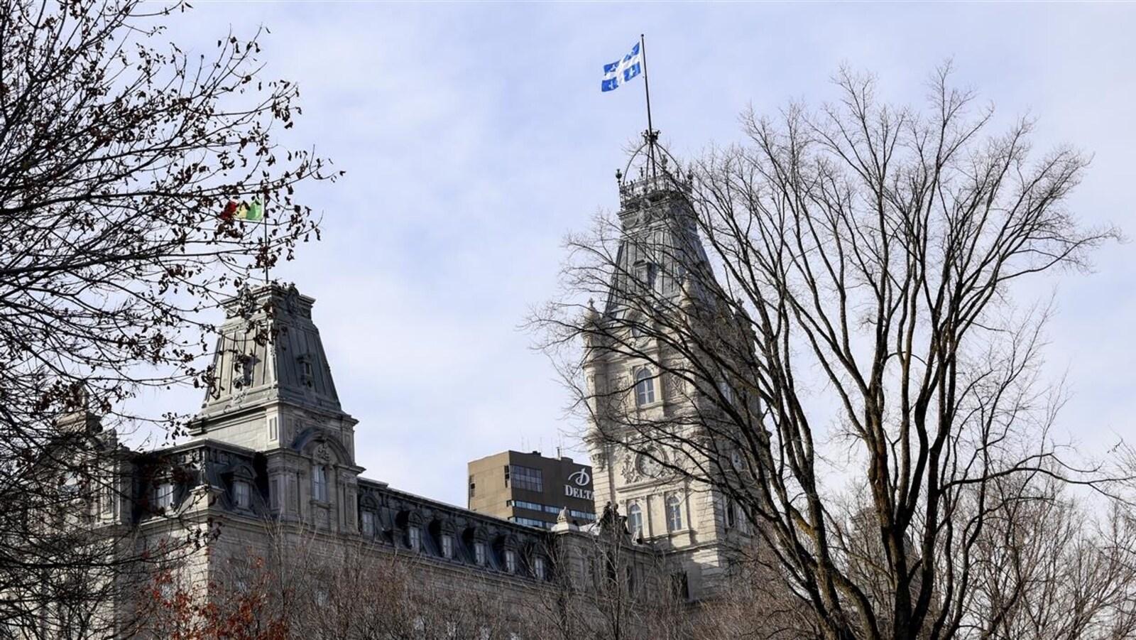 L'édifice du Parlement, siège de l'Assemblée nationale du Québec, dans un décor d'automne