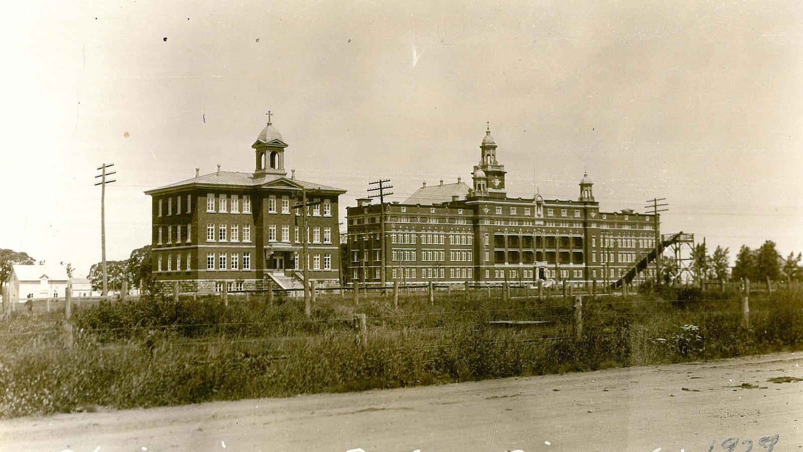 façades semblables des Ateliers Saint-Louis et du Cégep de Rimouski en 1929