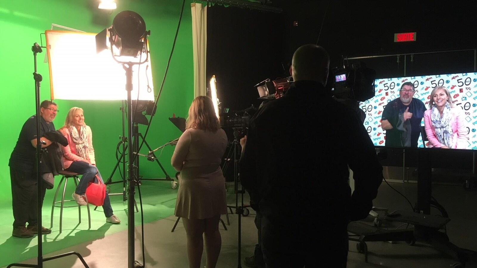 Des gens dans un studio de télévision