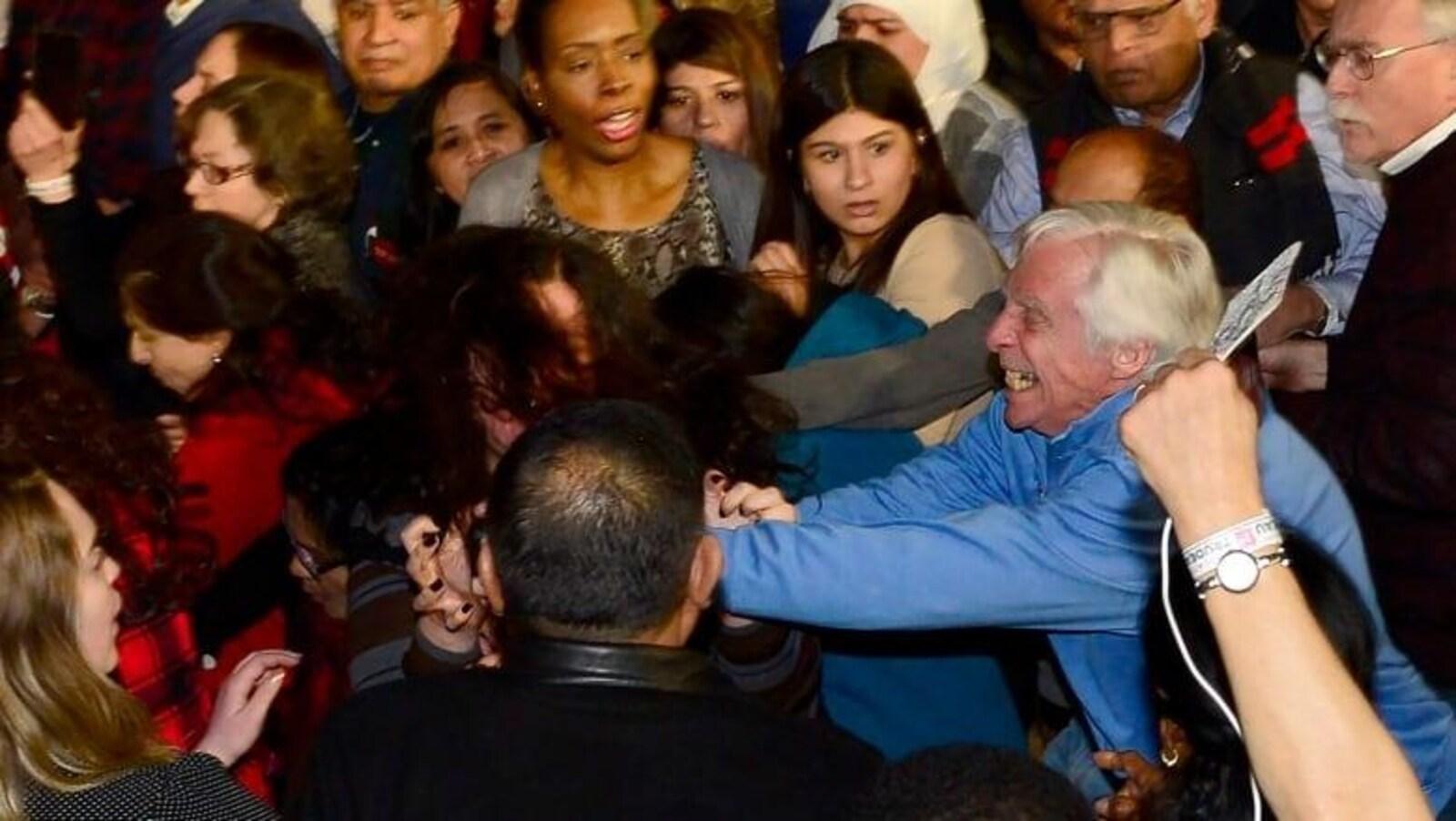 L'homme, à droite, semble attaquer une jeune femme autochtone, au centre, lors d'un rassemblement du Parti libéral du Canada, à Toronto le 4 mars dernier.