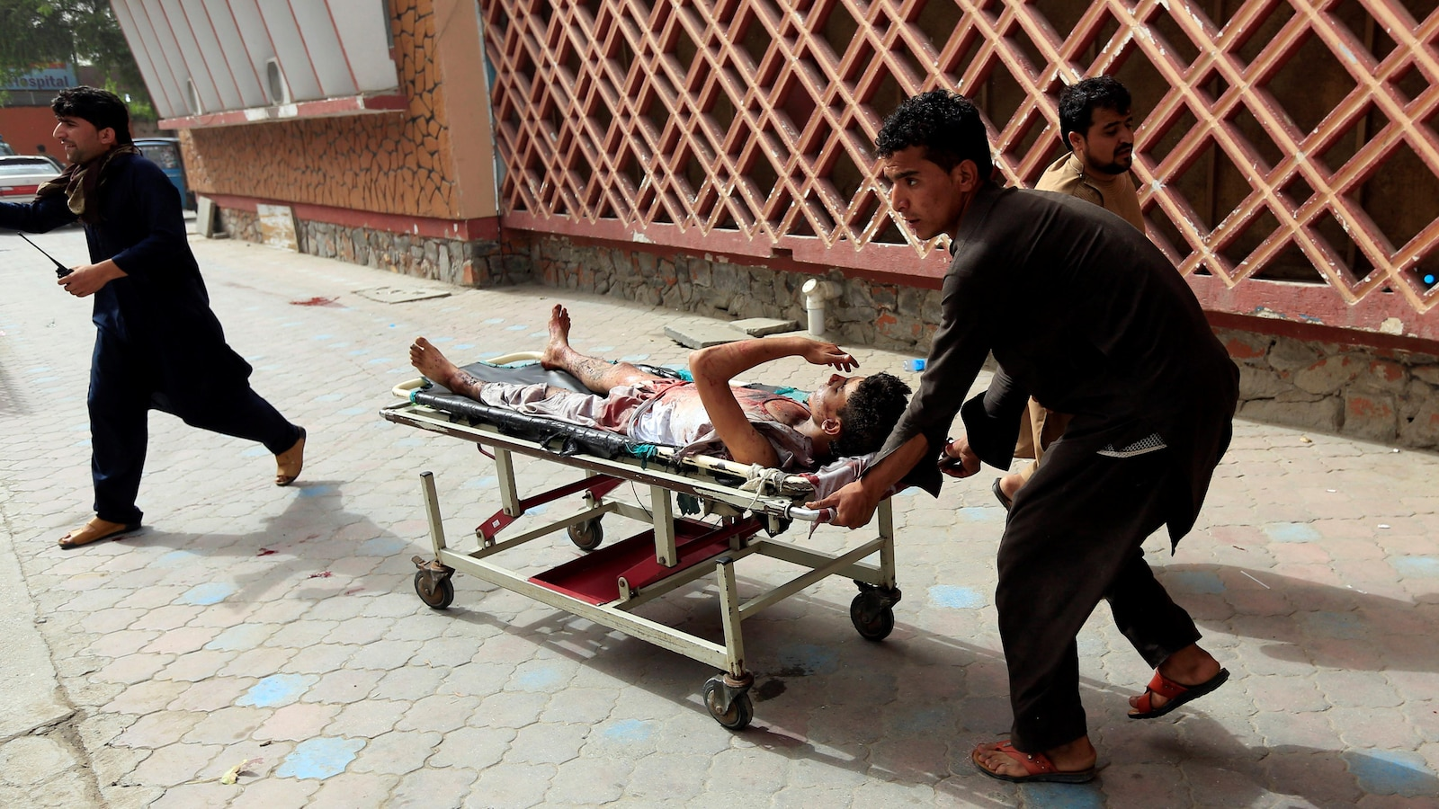 Un homme transporté sur un brancard.