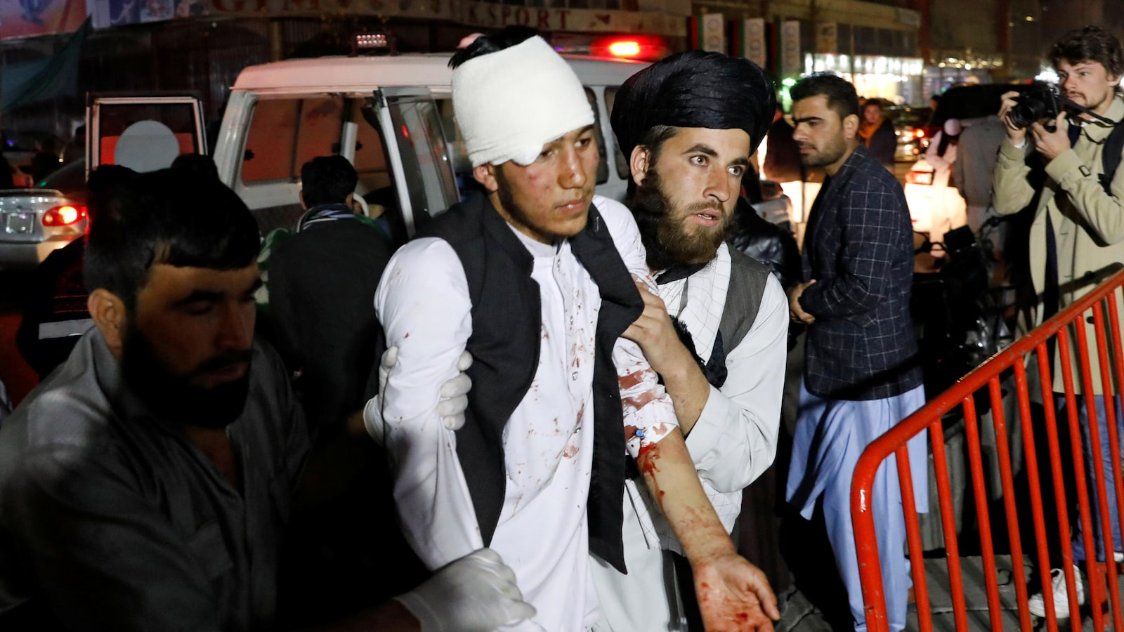 Des Afghans transportent un blessé à l'hôpital après un attentat suicide à Kaboul.