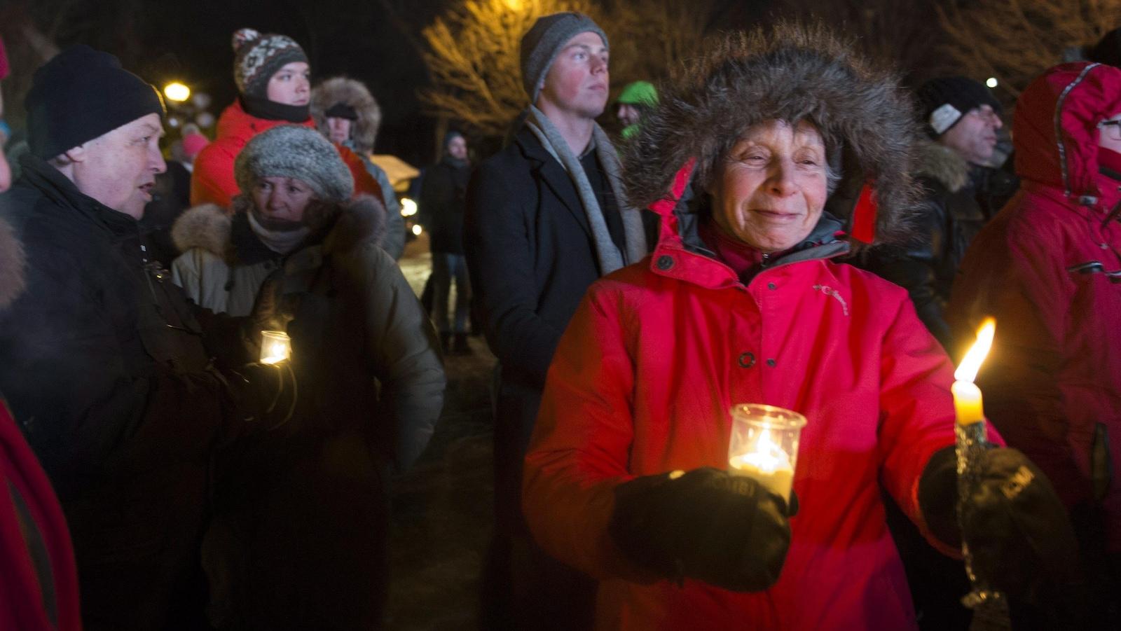 Des citoyens tenaient des chandelles pour rendre hommage aux victimes.