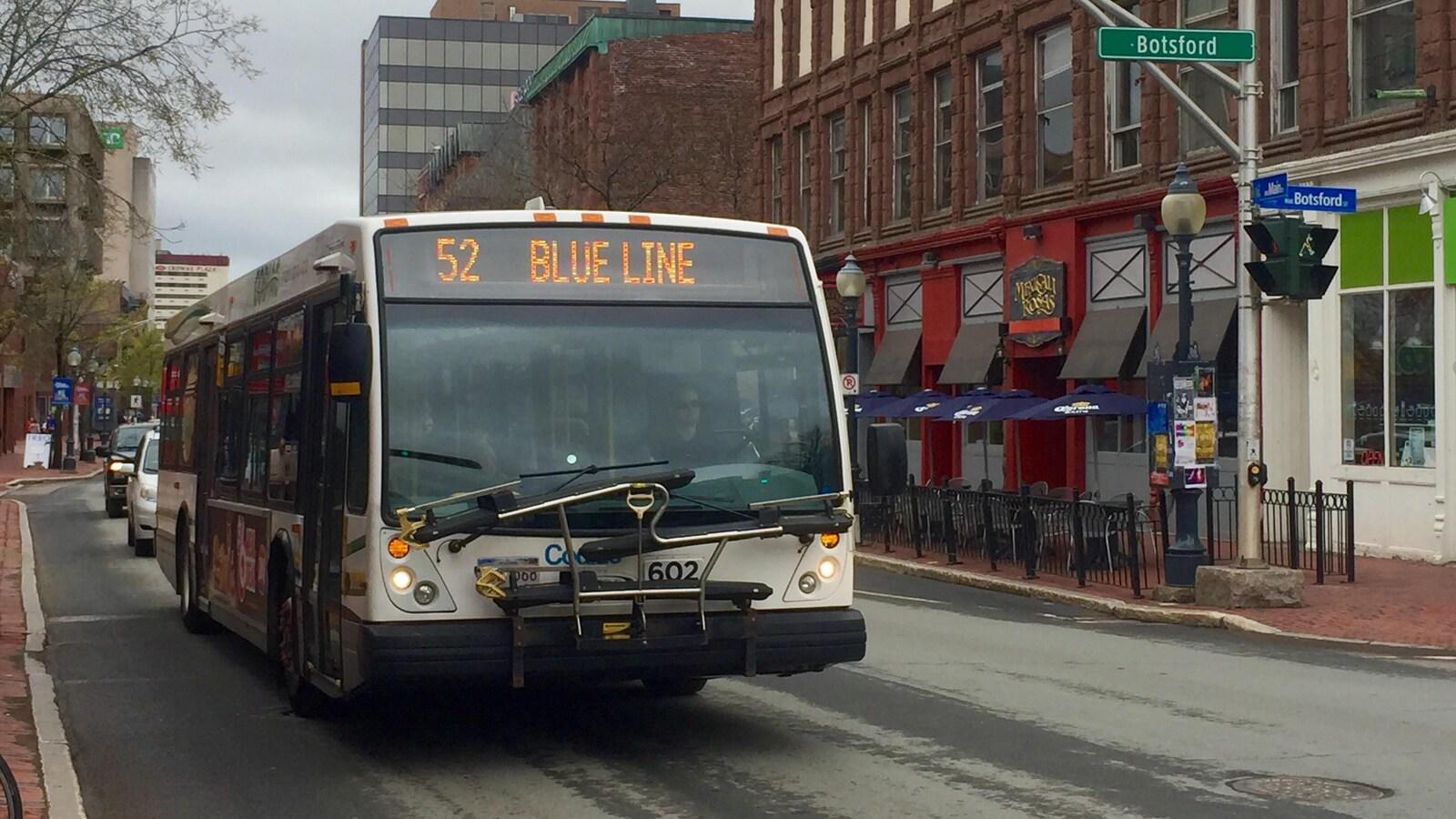Un autobus circule au centre-ville