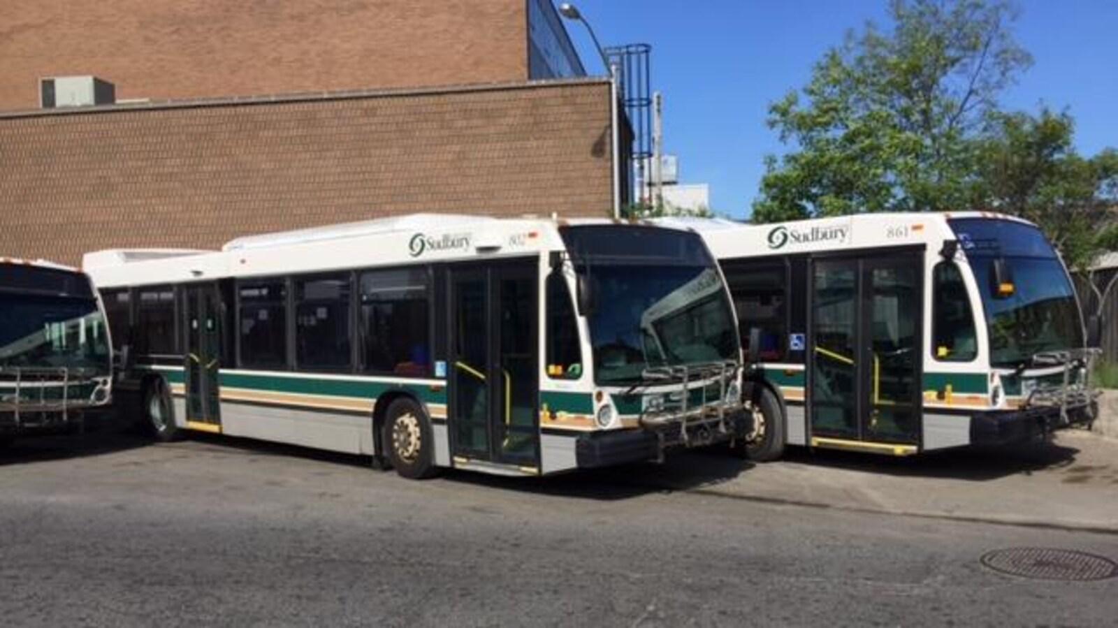 Des autobus stationnés au Centre de transport du Grand Sudbury.